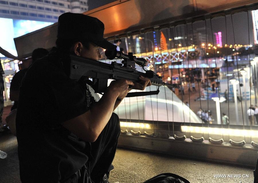 Beijing police hold anti-terror drill at commercial district