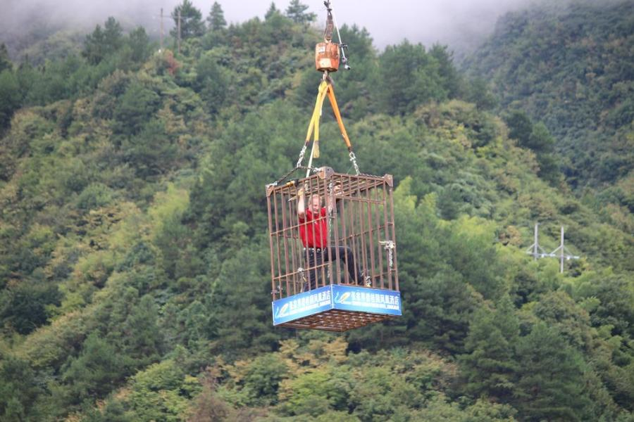 Escape artist Dean Gunnarson shows stunts in Zhangjiajie, Hunan