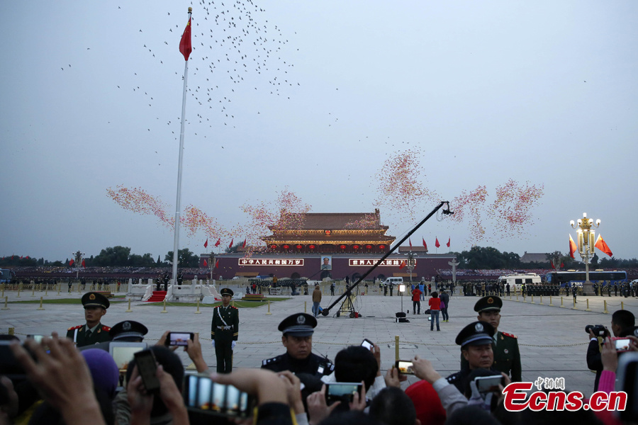 Thousands watch national flag raising ceremony in Beijing
