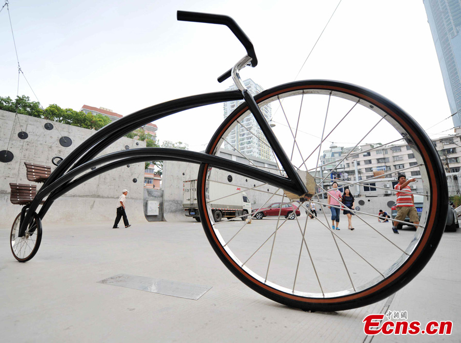 Big frame bicycle becomes backdrop to tourist photographs in Xiamen