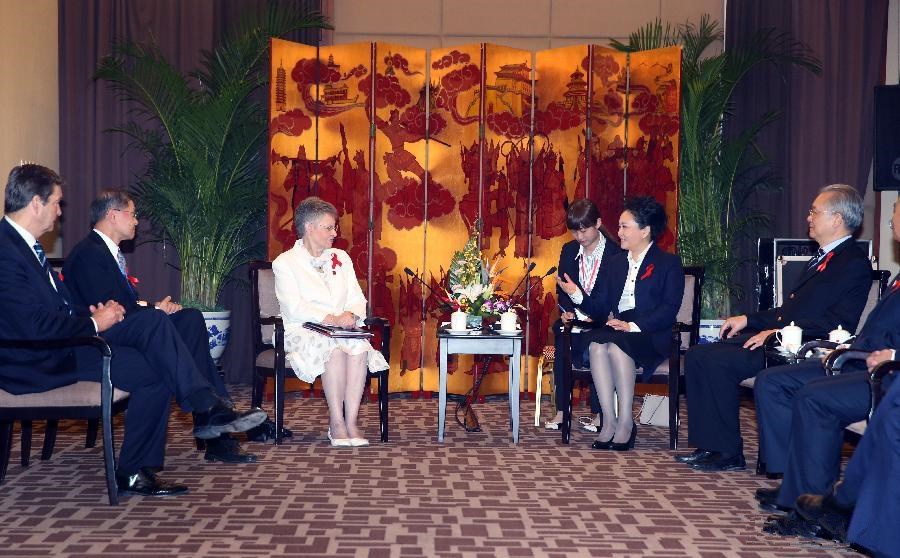 Peng Liyuan meets with foreign scientists in Beijing