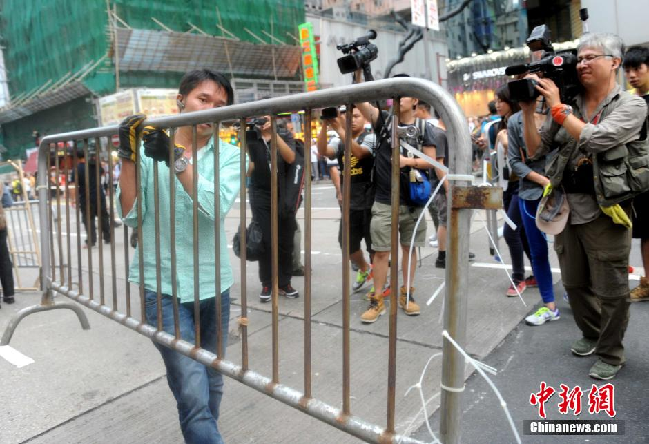 HK citizens remove road barriers in Mong Kok