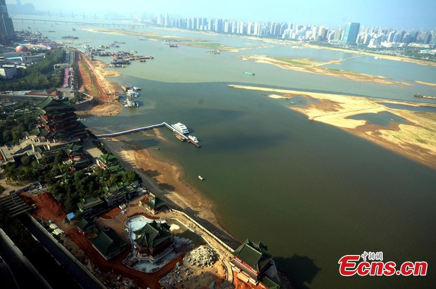 Nanchang section of Ganjiang River tainted by sewage
