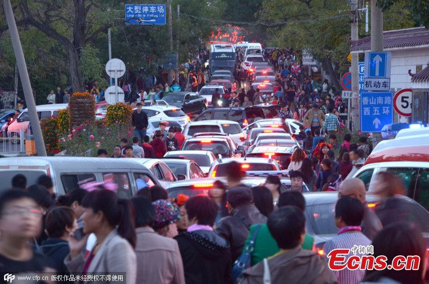 Tourists pack Fragrant Hills Park in Beijing