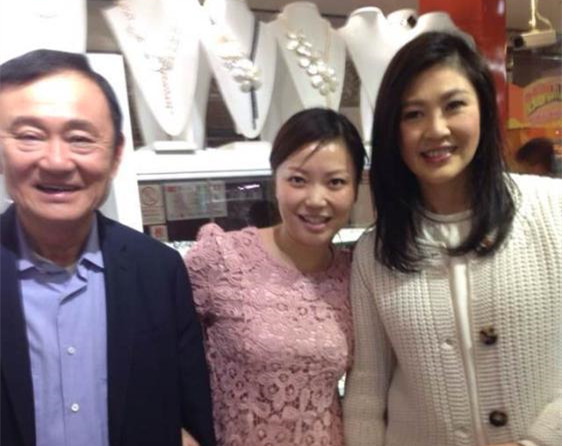 Yingluck, Thaksin shop at Beijing Silk Street