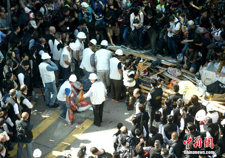 Bailiffs start to clear Mong Kok occupying area