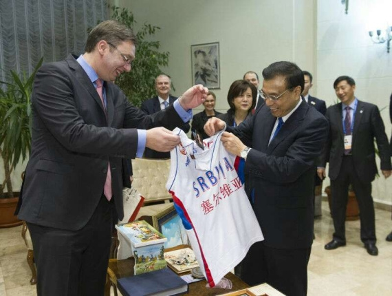 Premier Li receives jersey from Serbian Prime Minister