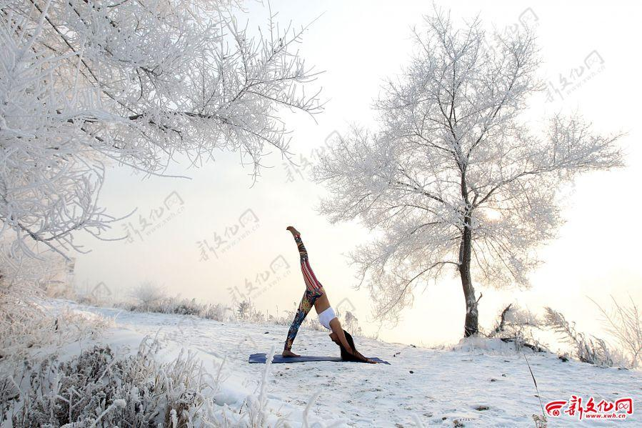 Yoga performer shows strength and beauty in the snow