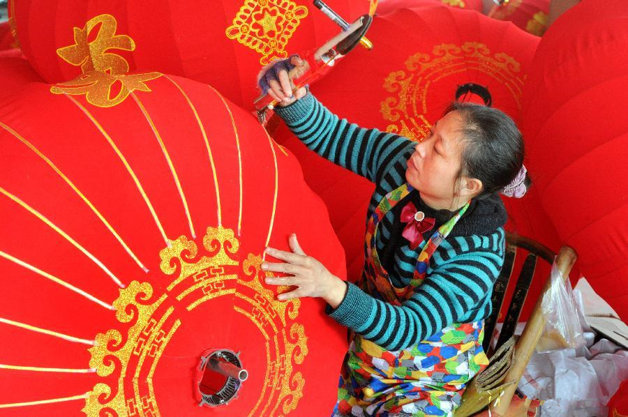 Lanterns made to greet upcoming Spring Festival