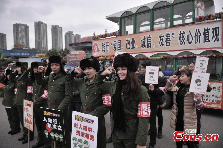 Foreigners serve on Lei Feng Day in Chongqing