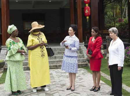 Peng Liyuan invites part of foreign leaders' wives to visit village in Hainan