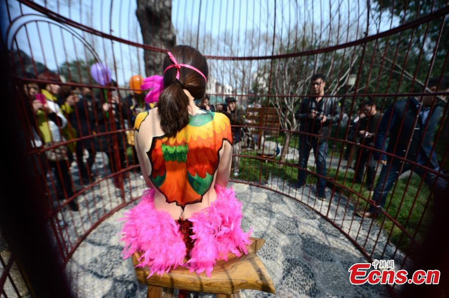 Body painting show in birdcage surprises visitors