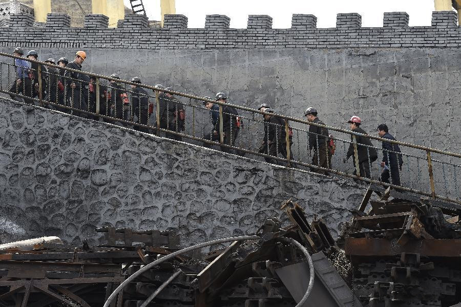 7 dead, 17 still trapped in China mine flooding