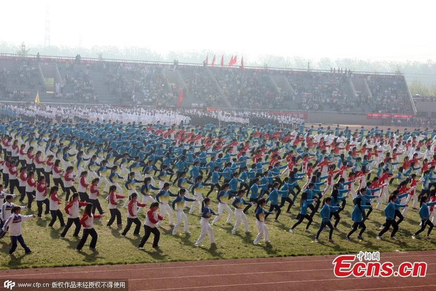 Over 1,000 students practice taichi together