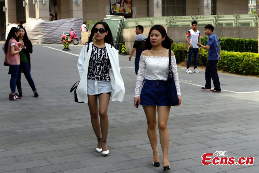 People wear summer outfits as Beijing witnesses temperature rise