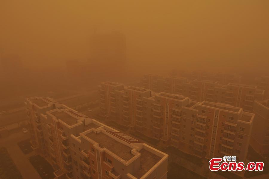 Sandstorm sweeps Xinjiang city