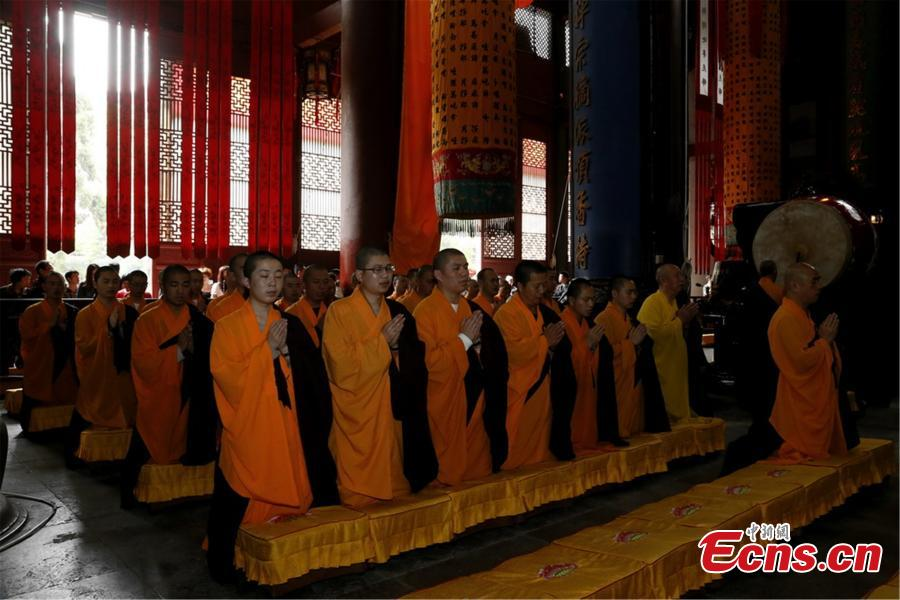 Monks pray for Nepal quake victims