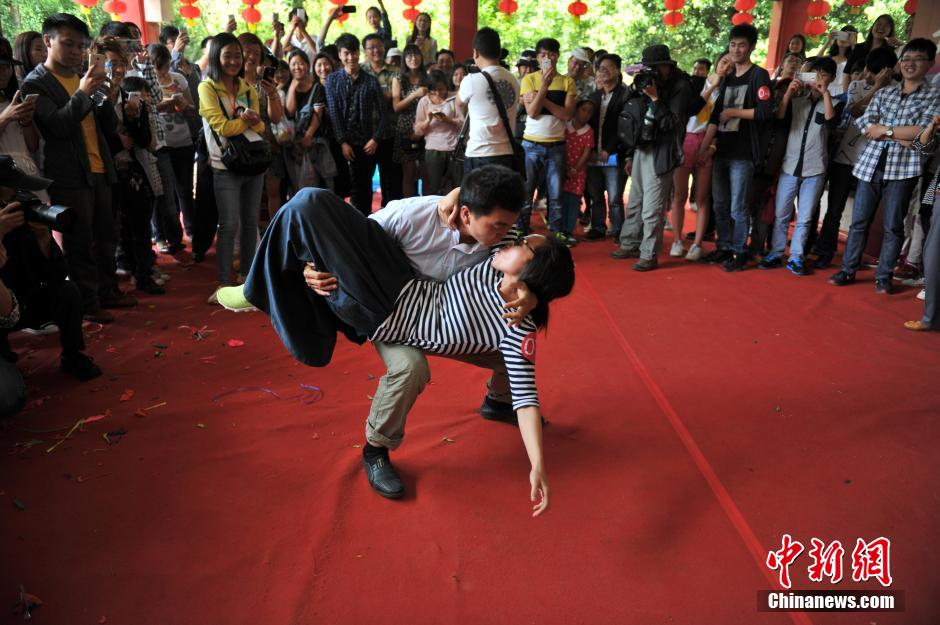 Kissing contest held in SW China