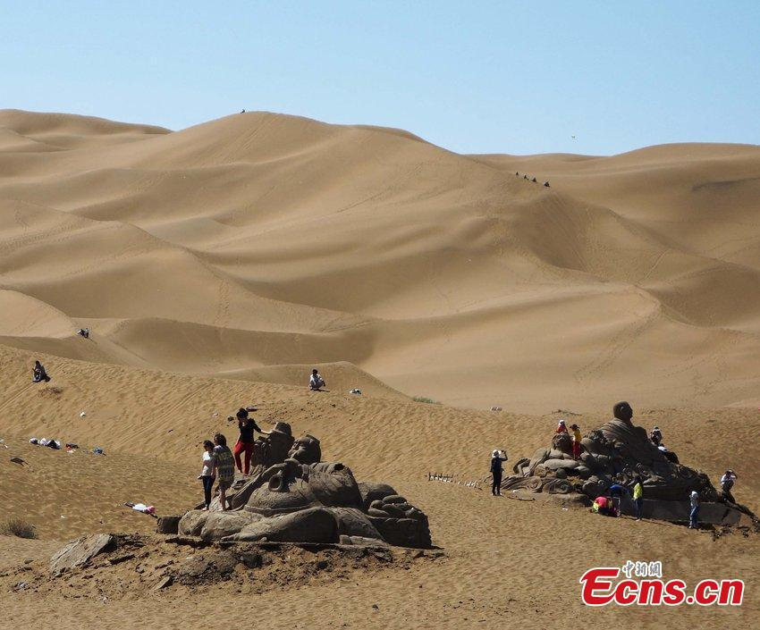 Tourists destroy sand sculptures in Xinjiang
