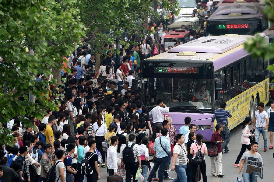 Travel peak seen across China on final day of May Day holiday
