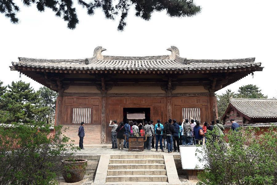 Ancient architecture lovers visit temples in Wutai County
