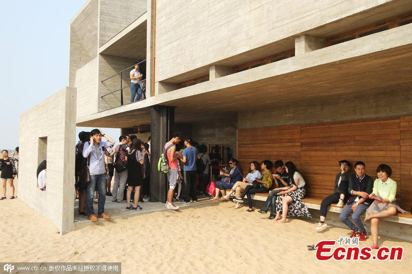 Visitors flock to beach library in Hebei