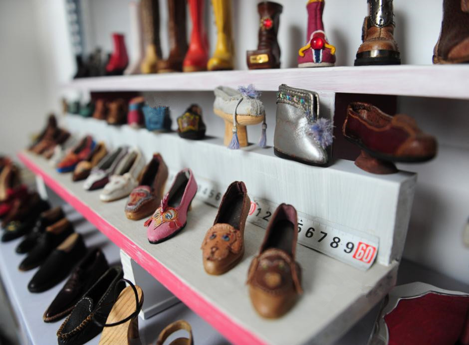 Shoemaker makes miniature leather shoes in Jinan