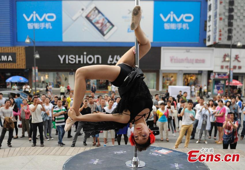 Pole dancers join anti-smoking campaign in Changchun