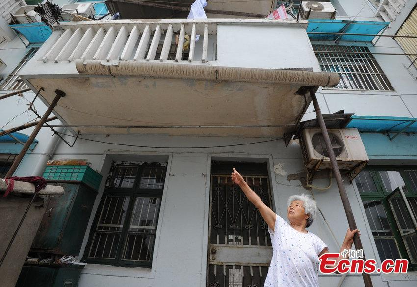 Residents struggle in dangerous old building