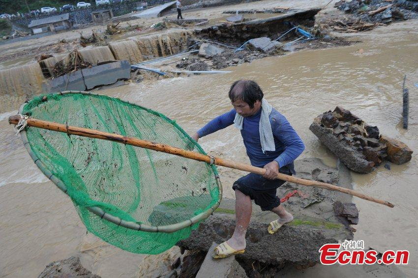 Residents try to gain from floods in Guizhou