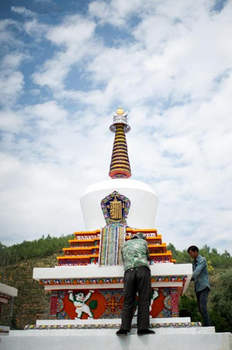 Pagodas repainted to welcome visitors at Taer Monastery in NW China