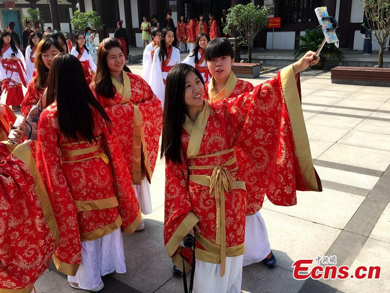 Hong Kong college students feel the charm of Hanfu