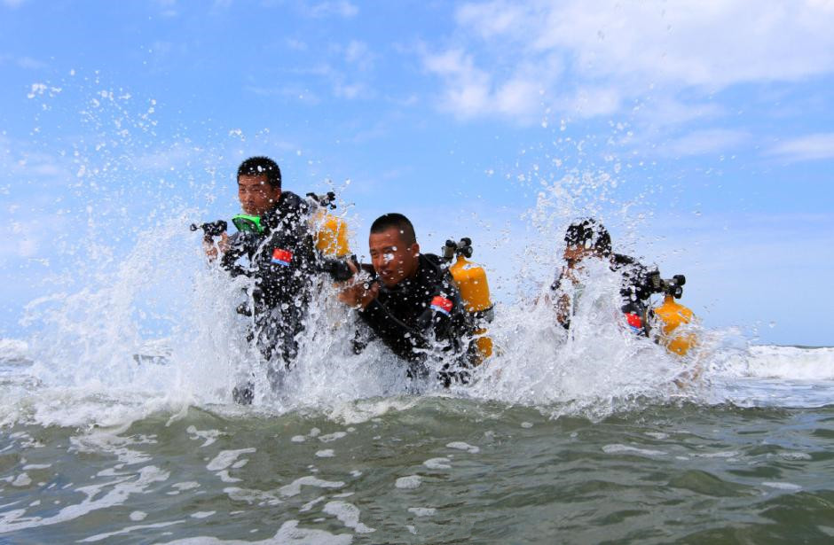 Combat training of oceanic diving conducted in S China