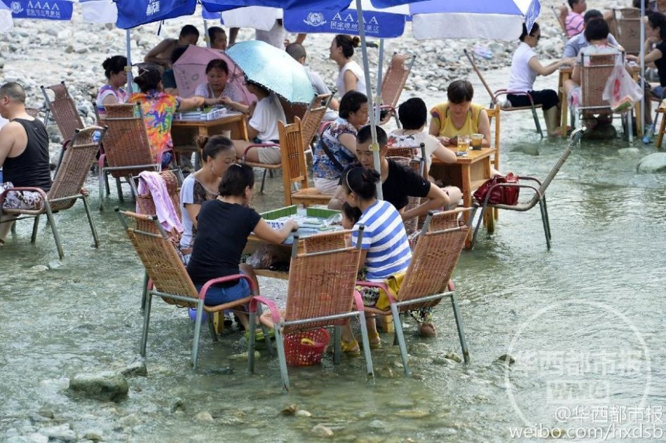 Residents play mahjong in water due to heat wave