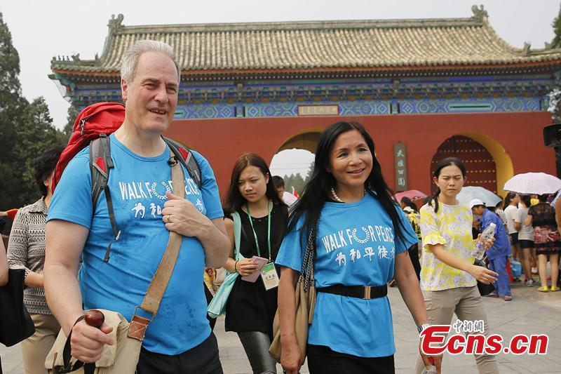 British Lord starts journey from Beijing to Hangzhou on foot