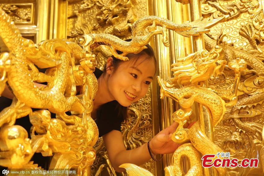 Hotel makes 'golden throne' replica at 400,000 yuan