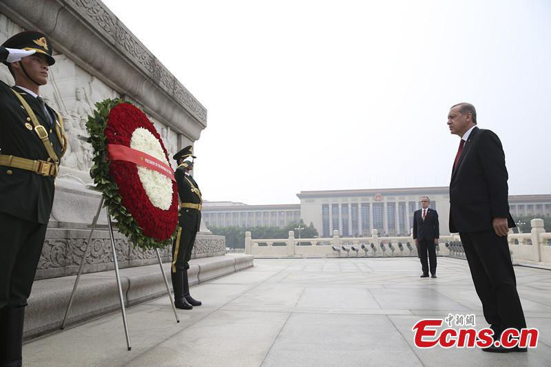 Turkish president offers wreath to Monument to People's Heroes