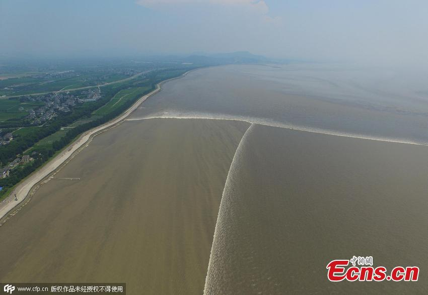 Walls of moving water attract sightseers in Zhejiang