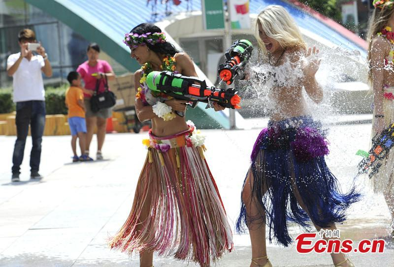 Foreign beautiful women play water pistols in summer(