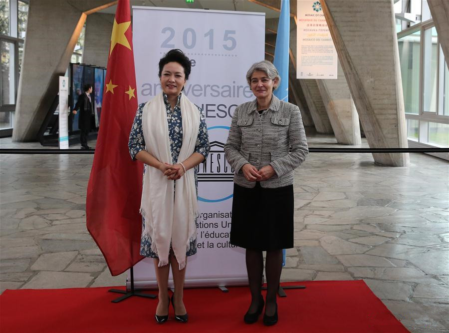 Peng Liyuan greeted by UNESCO director-general in Paris