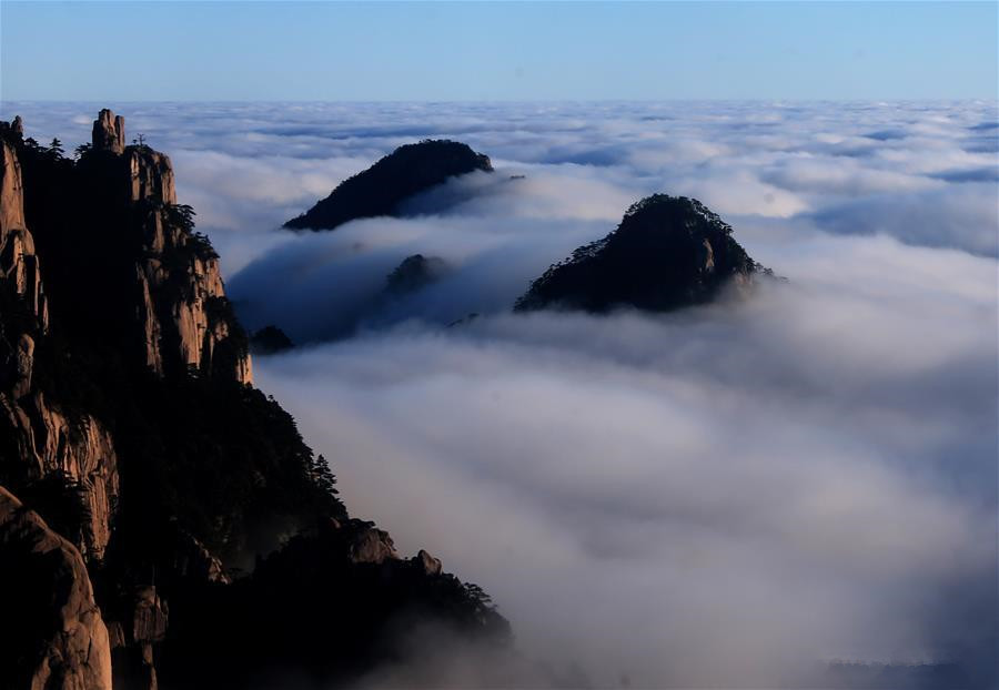 Scenery of cloud-shrouded Huangshan Mountain