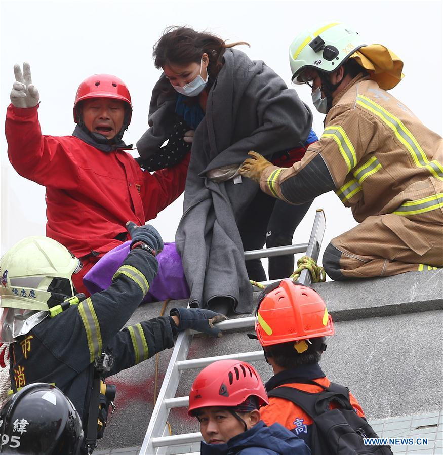 Rescuers work at quake site in China's Taiwan