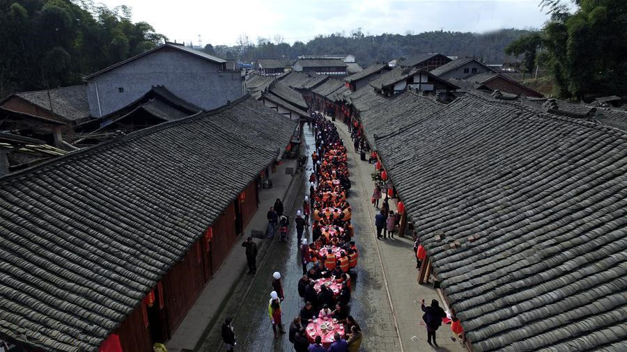 180 meters long street banquet in Qionglai City