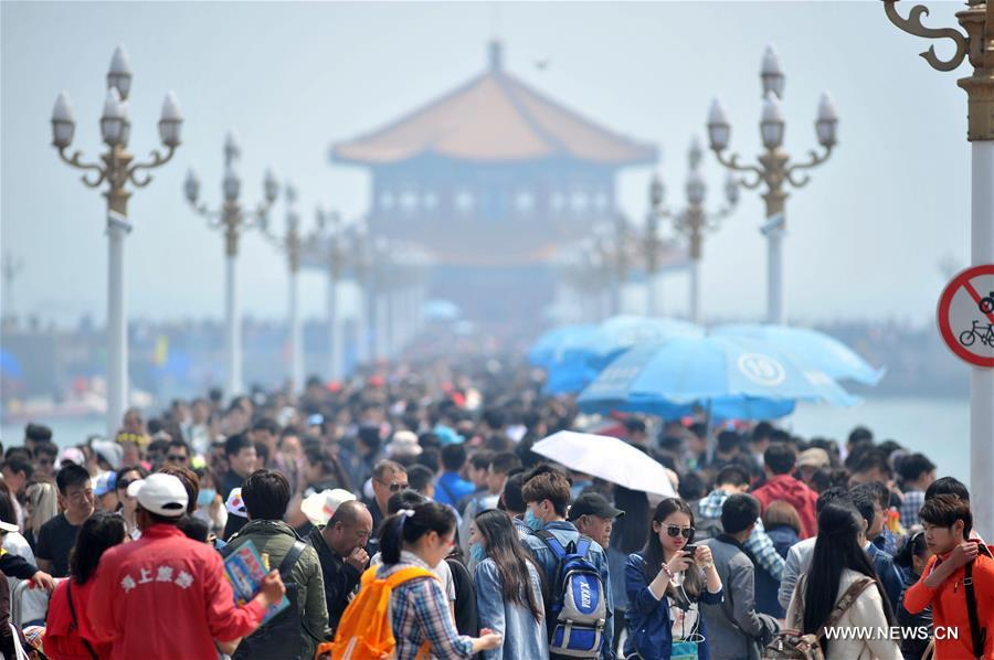 Tourists flock to Qingdao on 1st day of Labor Day Holiday