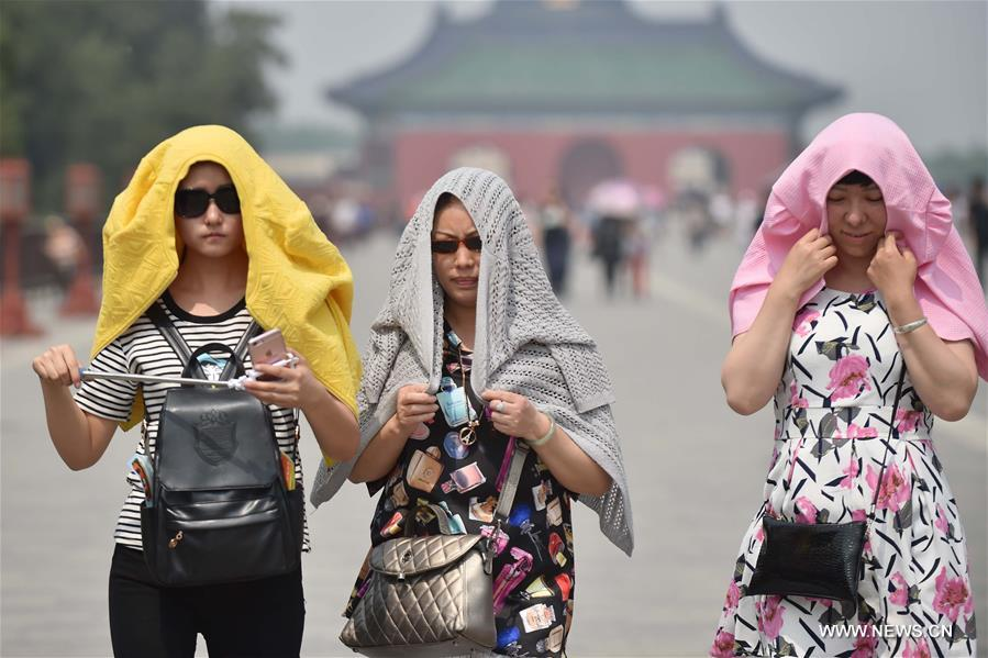 Beijing embraces hot weather