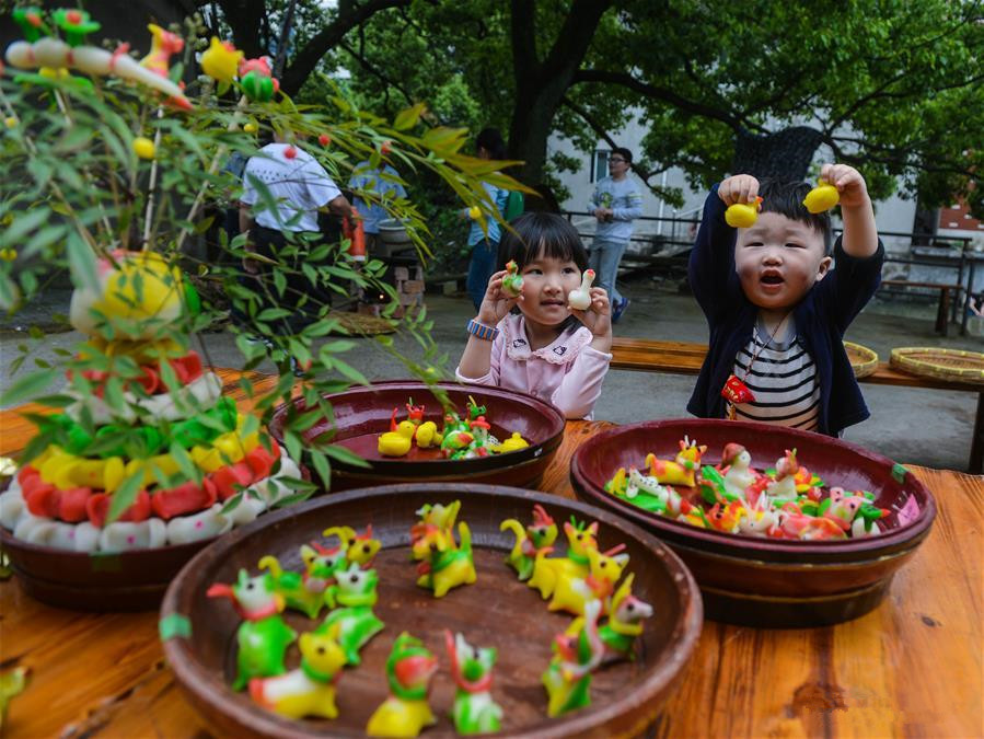 People greet upcoming 'lixia' with folk custom in E China