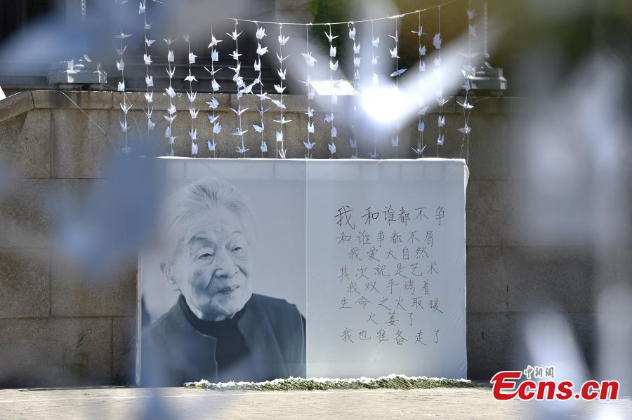 Students mourn Yang Jiang at Tsinghua University