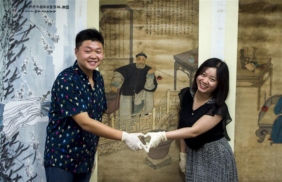 Couple devotes to cultural relic restoring