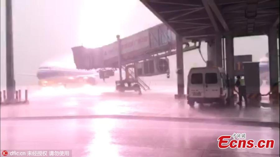 Lightning strikes airplane at Guangdong airport
