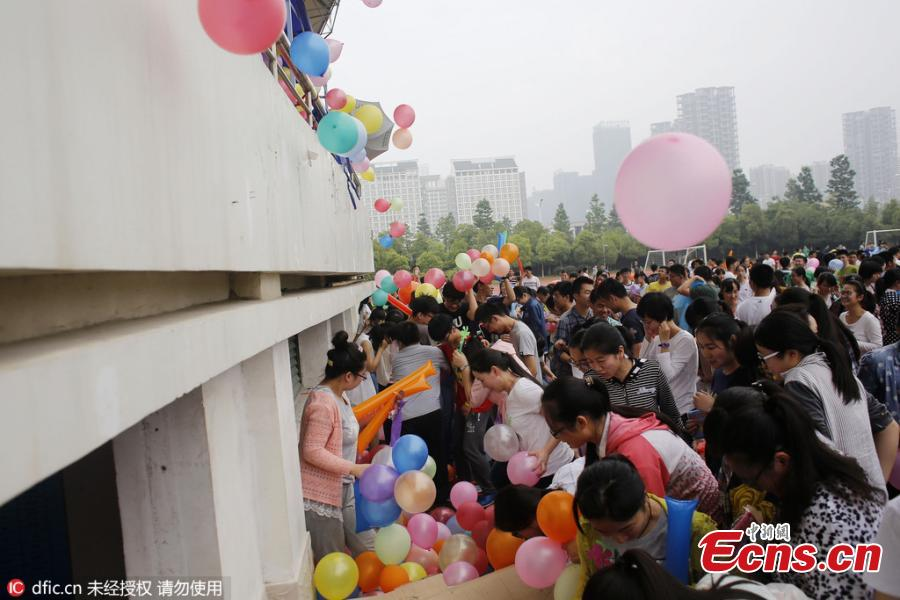 Gaokao-takers tread 12,000 balloons for stress relaxation